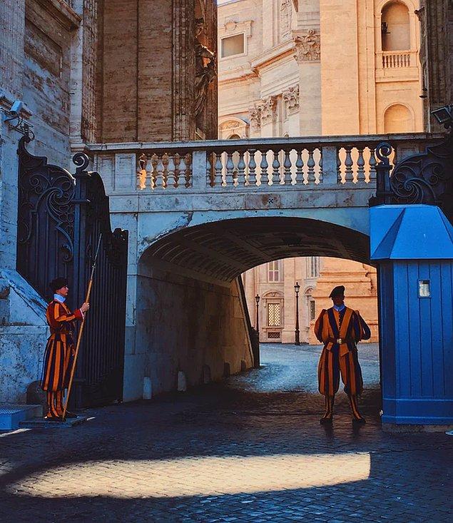 Vatikan'da hiç bar veya gece kulübü bulunmaz. Burada yaşayanlar eğlenmek için Roma'ya giderler ancak şehre erken dönmeleri gerekmektedir.