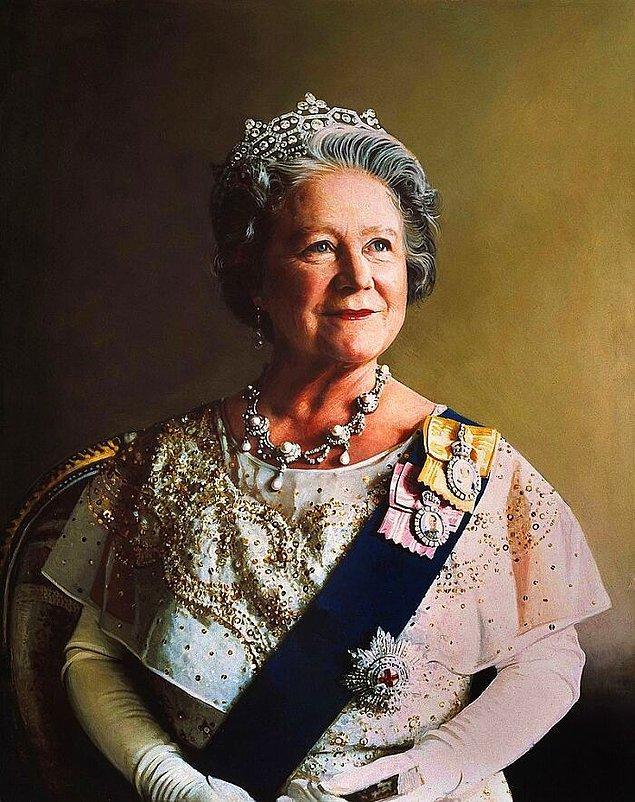 """10. 1982'de Kraliçe Elizabeth, boğazına bir balık kılçığı sıkışınca hastaneye kaldırılmış ve çıkarmak için ameliyat olmuştur. Ameliyat sonrasında """"balık benden intikamını aldı"""" diye şaka yapmıştır."""