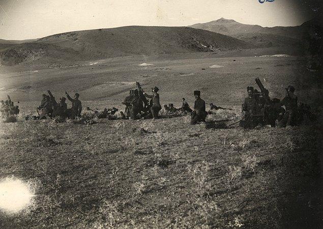 Ordumuzun cephesi batıya iken güneye döndü, arkası Ankara'ya iken kuzeye verildi. Cephe değiştirilmiş oldu. Bunda hiç beis görmedik. Müdafaa hatlarımız, kısım kısım kırılıyordu. Fakat...