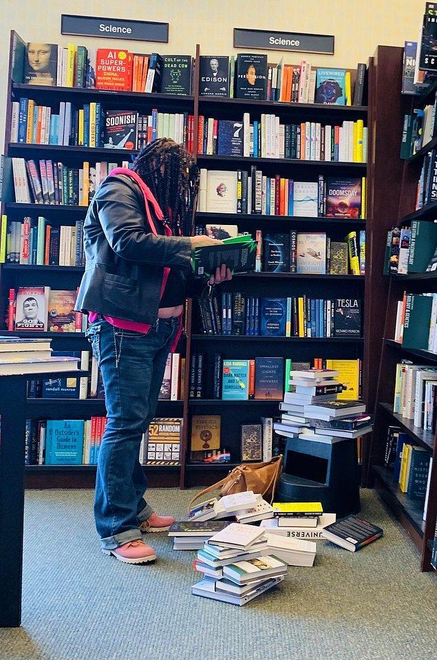 17. Bu kitap sever, kitapları dağıtmayı ve geri toplamamayı seviyormuş meğer...