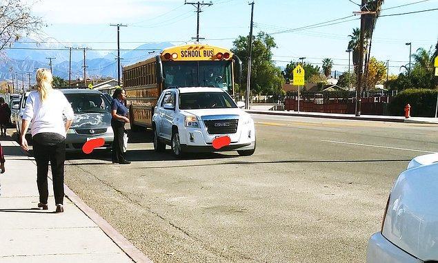 18. Çocuğunu okula bırakırken park yeri bulmaya üşenen bu tembel ebeveyn, çözümü yolun ortasında aracı bırakmakta bulmuş.