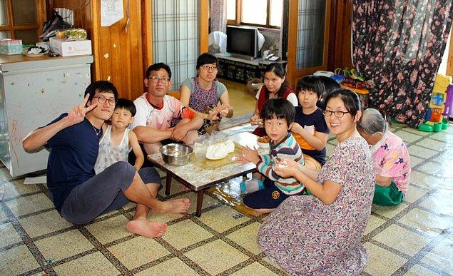 """10. """"Genç Güney Korelilerin büyük bir kısmı evlenene kadar aileleriyle beraber yaşıyorlar. Kendi evlerine çıkmaları için evlenmeleri ya da ailelerinden izin almaları gerekiyor."""""""
