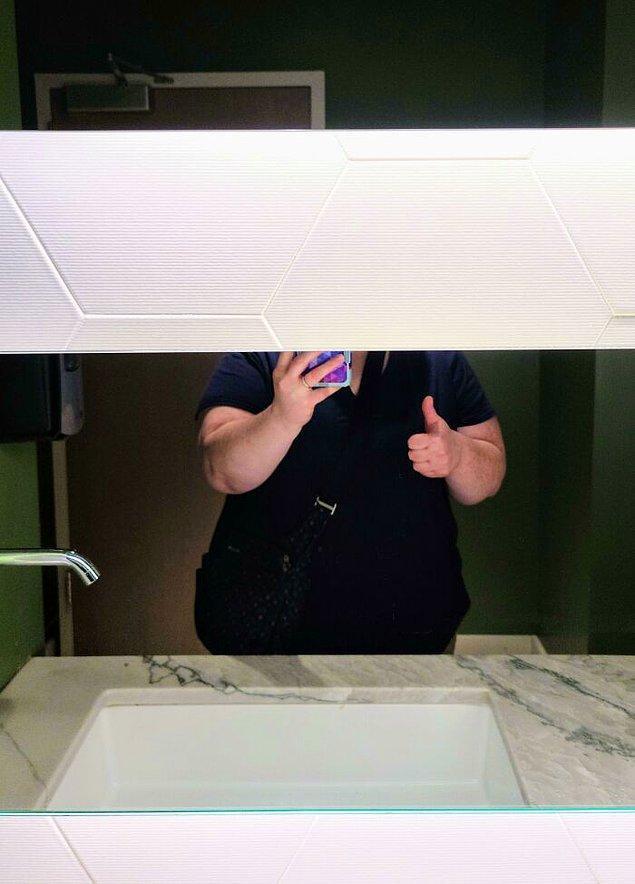 17. Bir restoranın tuvaleti. Bir ayna yukarıda ve bir ayna dışarıda: Kendinizi görmenize izin yok.