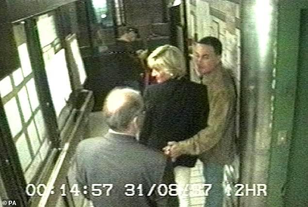 31 Ağustos 1997 tarihinde en son Ritz Otel'in asansörünün kamerasında görülen Diana ve Dodi, dakikalar sonra şoförlerinin sarhoş olması gerekçesiyle girdikleri tünelde kaza geçirerek öldü.