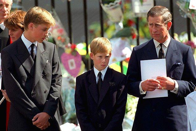 Lady Diana kazasının detaylarının kraliyet tarafından saklanması, doğal olarak tüm okları kraliçeye çevirdi.