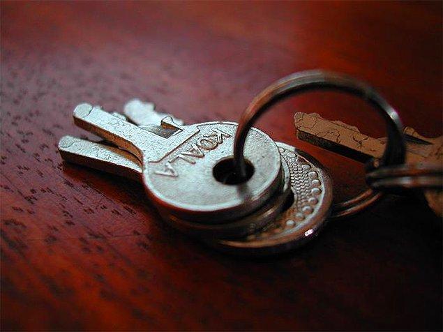 """11. """"Eşim anahtar, cüzdan, telefon gibi küçük ve önemli eşyaları anında kaybetme özelliğine sahip. 10 yıldır evliyiz ve bunu hala yapıyor, her seferinde şaşırıyorum."""""""