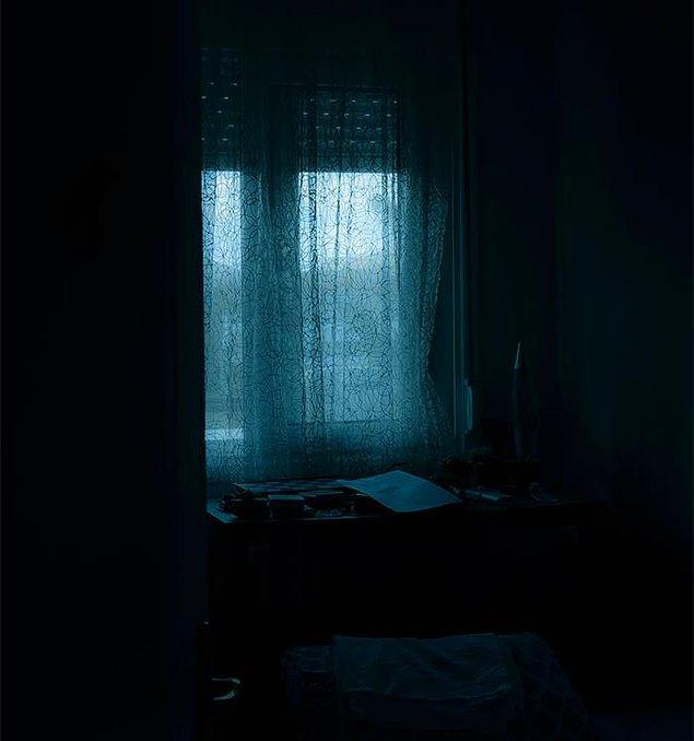 """13. """"Karanlıktan korkuyor ve gece lambasıyla uyuyor, evde karanlık bir yerden geçmesi gerekiyorsa beni uyandırıyor ve onunla yürümemi istiyor."""""""