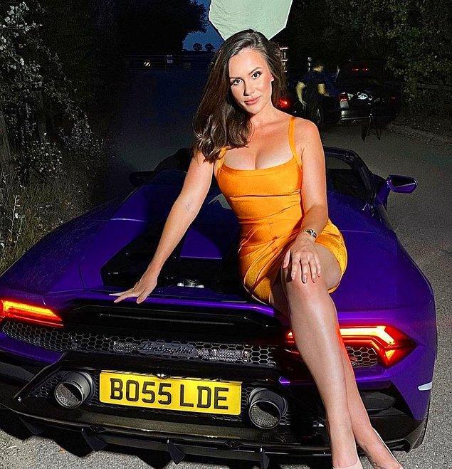 Charlotte, bir arkadaşının kendisiyle birlikte deneme çekimine gelmesini ve lüks spor arabalarla poz vermesini önermesi üzerine modellik yapmaya başlamış.