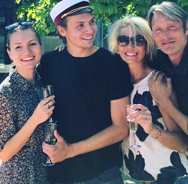 Profesyonel kariyerinin yanında Hanne Jacobsen ile kurduğu ailesiyle de kalplerimizi eritiyor. 😍