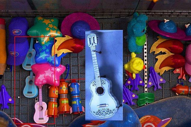 27. Coco filmindeki gitar, Toy Story'de karnaval hediyesi olarak karşımıza çıkıyor.