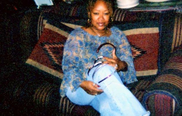 ABD'nin Houston kentinde yaşayan Ayanna'nın bu alışkanlığı öncelikle 24 yaşında el tırnaklarını uzatmasıyla beraber başlamış.