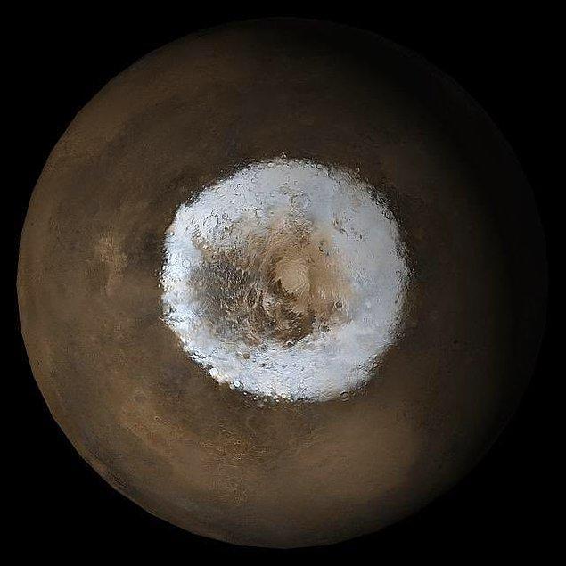 Mars'ın güney kutbunu gözler önüne seren bu fotoğraf, Mars'la ilgili bir farklılığı ekrana yansıtıyor.