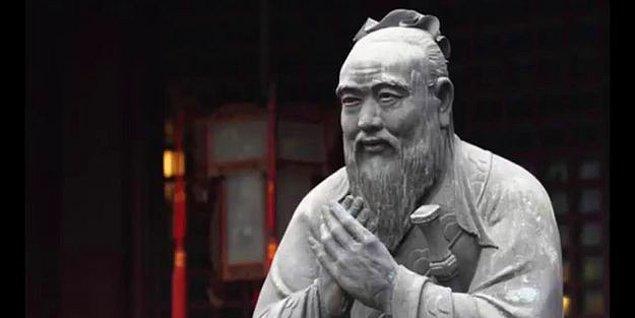 MÖ 221'de imparatorluğu kuran Şi Huang'tan önce Çin'de 200 yıllık bir savaşlar dönemi yaşanır. Bu dönemde özellikle ahlaki bir çöküş söz konusu iken bu çöküşten bir bakıma faydalanan...