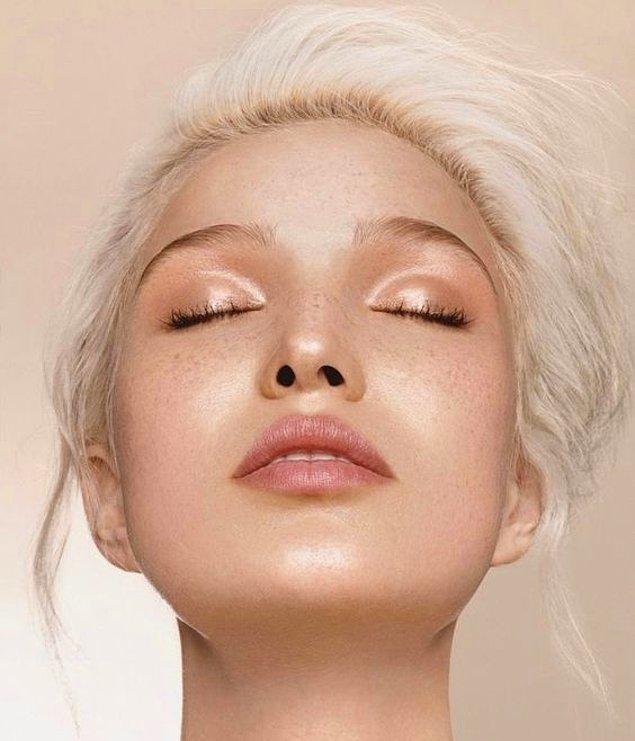 Islak bitişli göz makyajı için dudak balmlarından yardım alabilirsiniz.