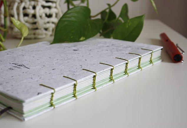 Ön yargıların aksine kullanılan geri dönüştürülmüş kağıtlar tükenmez veya dolma kalemle asla kayma veya arkaya geçirme yapmayan yazması keyifli yumuşak dokulu kağıtlar.