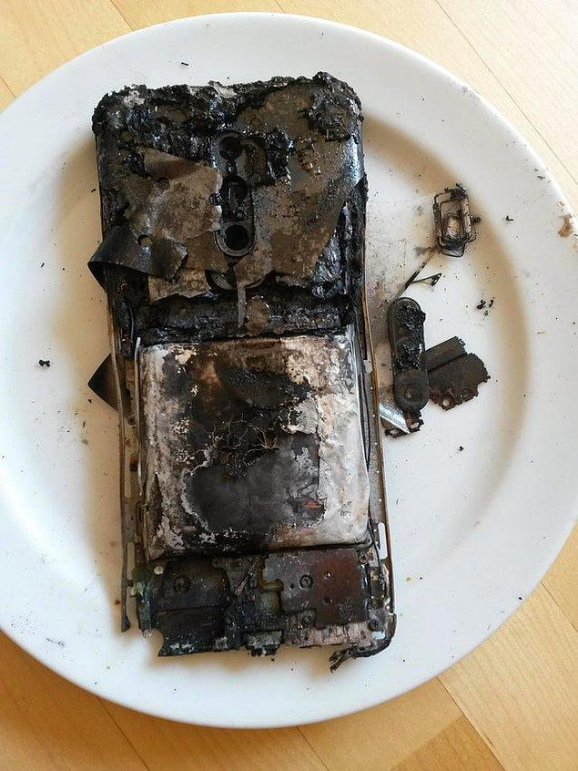 """5. """"Festivalde telefonumu kaybettim, birkaç saat sonra kamp ateşinde yanmış bir şekilde buldum."""""""