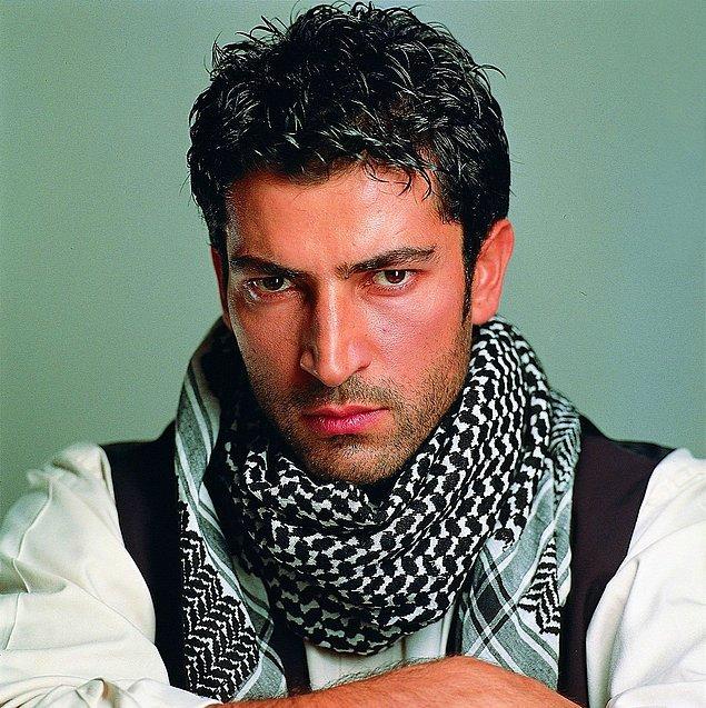 """Kenan İmirzalıoğlu, çok geçmeden yani 1998 yılında """"Deli Yürek"""" adlı yapımda Yusuf Miroğlu isimli karaktere hayat vererek ilk dizisi ile ekranlara geldi."""