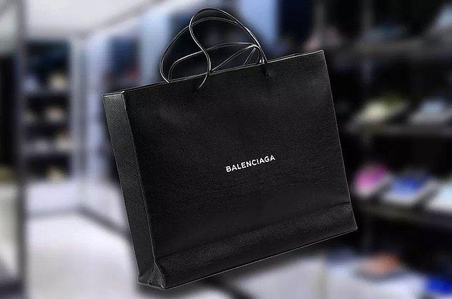 Hatta ilk baktığınızda Balenciaga poşeti sanacağınız ama aslında çanta olan bu tasarımı bile var.