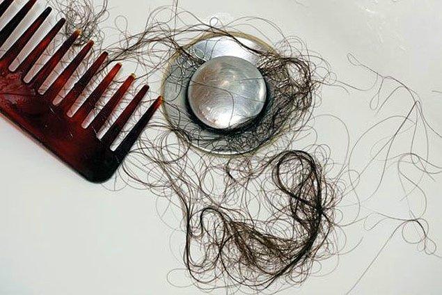 """3. """"Saçlarınız inanılmaz derecede dökülüyor ve buna rağmen kel kalmıyorsunuz."""""""