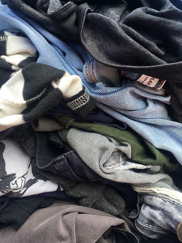 """11. """"Bir gün giydiği kıyafetlerin hepsini çamaşıra atıyor ve temiz kıyafetlerimi o kıyafetlerin yanına koyduğumda çılgına dönüyor."""""""