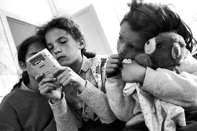 5. Parisli küçük kızlar Game Boy ile oynuyorlar. -1991