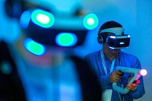 21. T-Mobile Warsaw Games Week etkinliği esnasında PlayStation VR'ı ilk kez test eden oyuncular. -2016
