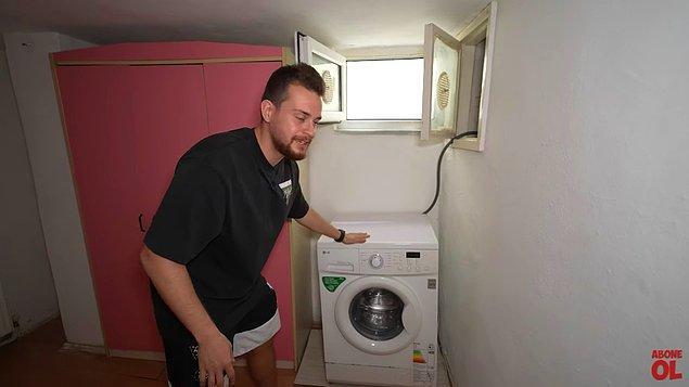 Yatak odasında çamaşır makinesi bulunan,