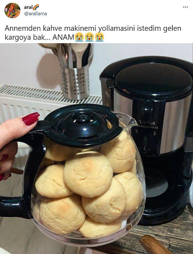 Geçtiğimiz gün @arallama isimli bir Twitter kullanıcısının annesinden istediği kahve makinesiyle beraber gelen kurabiyeleri gündem oldu;