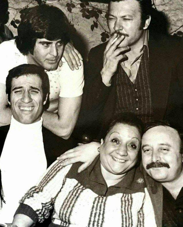 21. Tarık Akan, Kartal Tibet, Kemal Sunal, Adile Naşit, Ergin Orbey bir arada, 1977.