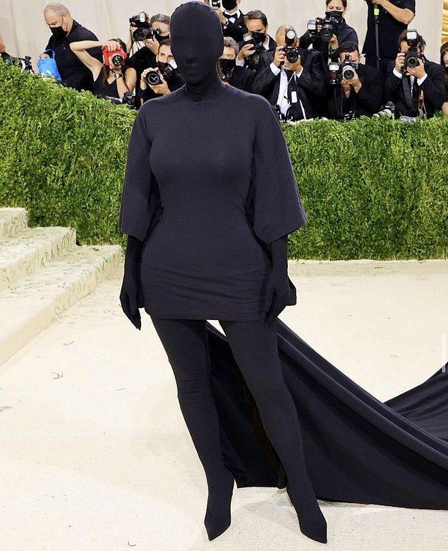 Dün gerçekleşen Met Gala'da işin rengi biraz daha değişti. Ünlülerin kıyafetlerinin adeta birbirleriyle yarıştığı bu galada Kim Kardashian ne yaptı ne etti yine adını altın harflerle yazdırdı magazin dünyasına.