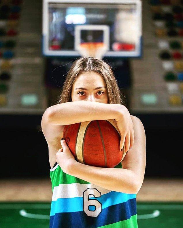 Geçtiğimiz sezon başında İzmit Belediyespor'a transfer olan Çağla Nur, hem Kadınlar Basketbol Süper Ligi