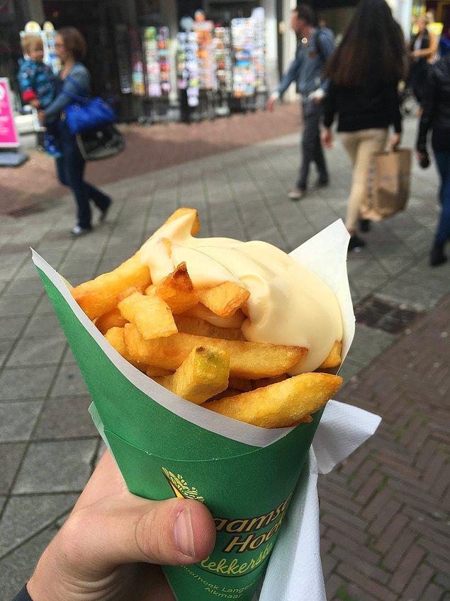"""1. """"Almanya'da patates kızartması sipariş ettim, garson bana uzatmadan önce üzerine tonla mayonez sıktı! O andan itibaren tüm dünyam değişti..."""""""