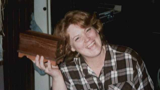 Yakalanmadan önce son bir cinayet daha işleyen Shelly Knotek, 1999 yılında evlerine taşınan 57 yaşındaki Ron Woodworth'u öldürdü.
