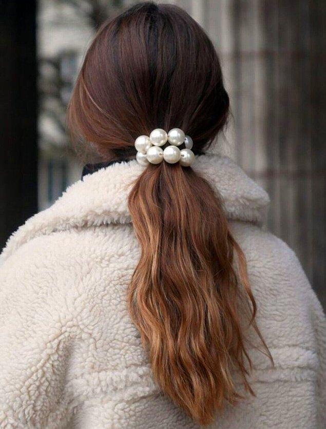 5. Hem kullanışlı hem de şık bir saç stili için inci toka kullanmayı deneyebilirsiniz.