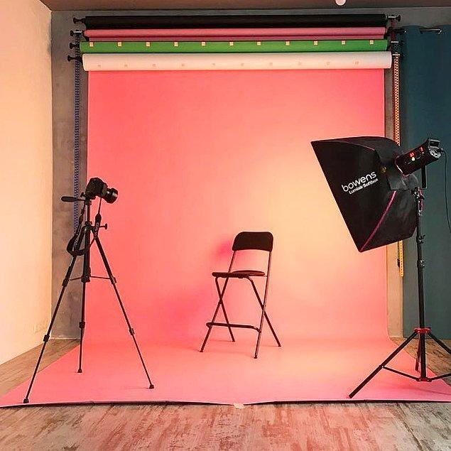 Fotoğraf stüdyosunun olmazsa olmaz ekipmanlarından birisi olan fon perdesi de çekimi profesyonelleştiren detaylardan...
