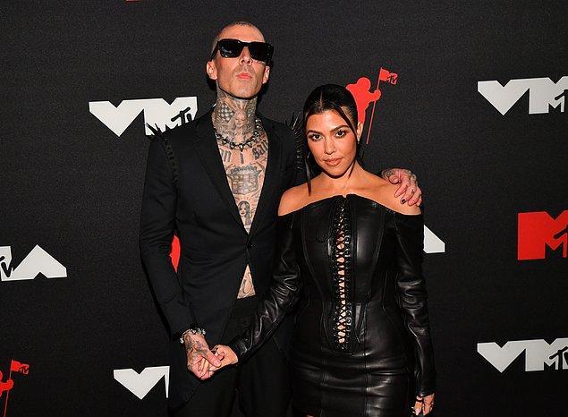 Geceye damgasını vuran tek çift Megan ve Kelly olmadı tabii. Çok konuşulan diğer ünlü çiftimiz ise Kourtney Kardashian ve rock grubu Blink-182'nun davulcusu Travis Baker'dan başkası değil.