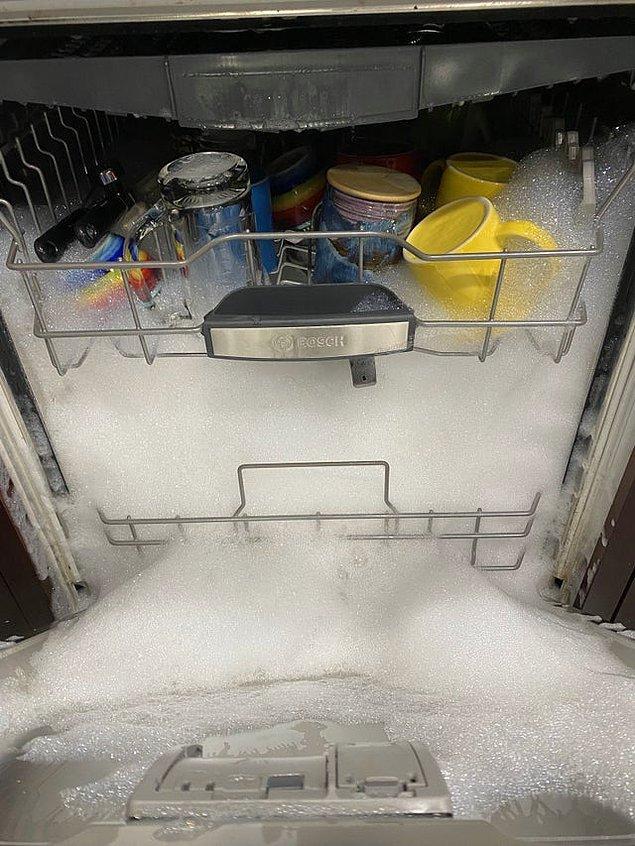 """8. """"Kayınvalidem biz evde yokken bulaşıkları yıkamak istemiş ama bulaşık deterjanı kullanmış."""""""