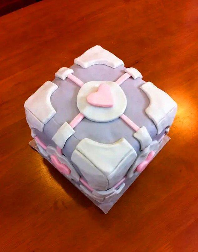 12. Portal serisinin gizemli ve sevimli Companion Cube'ü de bir pastaya dönüşmüş ancak unutmayın, pasta yalan!