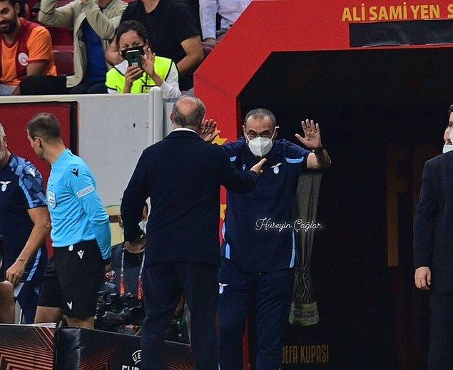 Maça damga vuran sahnelerden birisi Lazio teknik direktörü Sarri'nin Fatih Terim önünde eğilerek saygısını sunduğu andı.