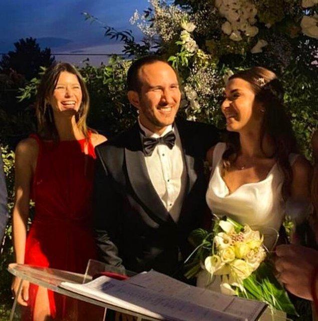 1. Yıllar önce kaybettiği ilk aşkı Efe Güray'ın erkek kardeşi Yaman Güray'ın düğününe giden Beren Saat ile Gıybet Kazanı'nın açılışını yapalım!