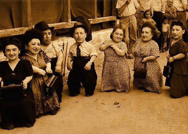 5. Ovitz ailesi, sadece bu zamana kadar yaşamış en geniş cüce ailesi olmakla kalmamış. Aynı zamanda Auschwitz toplama kampında mücadele etmeyi başaran en geniş aile unvanına sahipler.