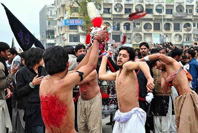 7. İslam ülkelerinde Kerbela şehitlerini anmak için insanlar kendilerini kırbaçlıyor.
