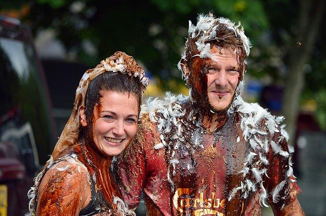 8. İskoçya'da düğünden önce gelinlere iğrenç şeyler fırlatılıyor.