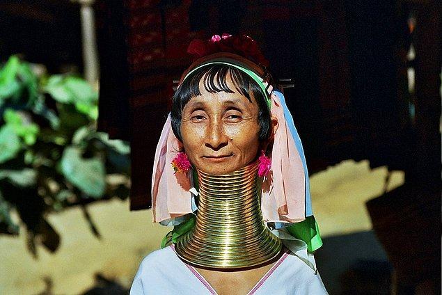 10. Tayland'da kadınlar uzun boyunlara sahip olmak için boyunlarına halka takıyorlar.