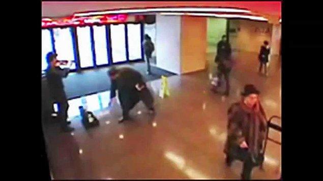 Üç yaşında bir çocuk ilgiyle kemancının önünde dursa da annesi onu çekiştirerek götürür.