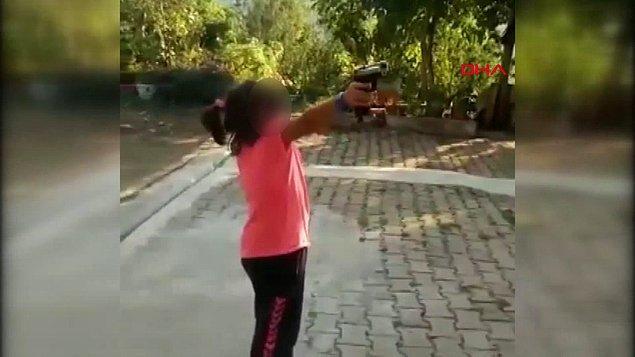 """Kızın tabancayı kendisine doğru tutmasına kızan amca, kızın """"Korkuyorum"""" sözlerine rağmen yeniden ateş etmesini istedi. İşte o anlar..."""