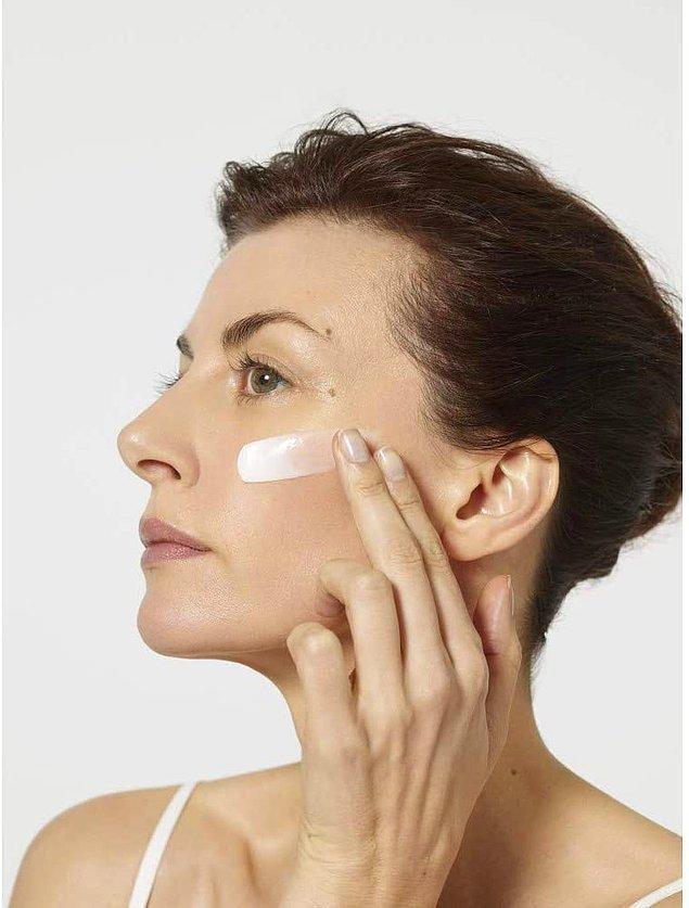 6. Cildinizi makyaja hazırlamanın bir diğer adımı da, güzelce temizledikten sonra iyi bir şekilde nemlendirmek.