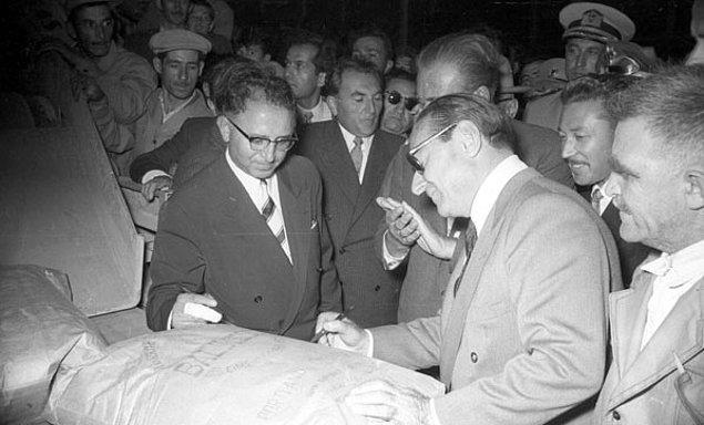 Atatürk ve Adnan Menderes Türkiye'deki çiftçilerin durumlarından ve ekonomiden söz ederler. Atatürk Aydın'dan ayrılırken Menderes'ten konuştuklarına ilişkin bir rapor ister.