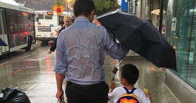 4. Yağmurda çocuğuyla birlikte yürüyen bir adam gördün ve sen arabadasın. Hangisini yaparsın?