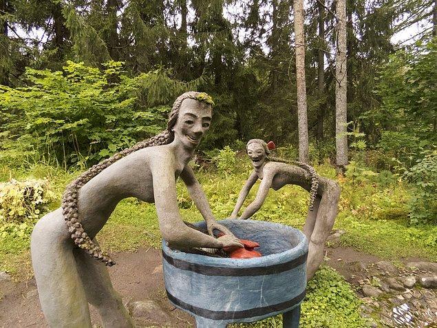 Finlandıya'da bir heykeltraş hayatındaki tüm önemli anları ve duyguları heykellerinde yaşatmak istemişti. Mimiklerinin o kadar gerçekçi olmasını istiyordu ki heykellerinin ağzını insan dişlerinden yapmıştı!